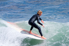Persona que practica surf profesional Reilly Stone Surfing California foto de archivo