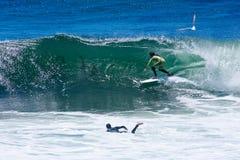 Persona que practica surf profesional Shaun Burns Surfing California foto de archivo libre de regalías