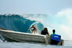 Persona que practica surf profesional Tim Boal en el barril, Indonesia Fotos de archivo
