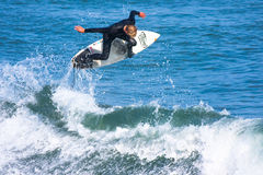 Persona que practica surf profesional Willie Eagleton Surfing California Fotografía de archivo