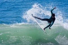 Persona que practica surf profesional Wyatt Barrabee Surfing California fotos de archivo libres de regalías