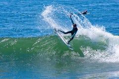 Persona que practica surf profesional Wyatt Barrabee Surfing California fotografía de archivo