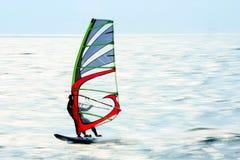 Persona que practica surf que apresura Foto de archivo