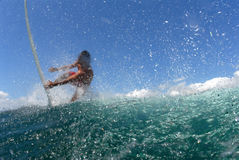 Persona que practica surf que baja de una onda fotografía de archivo libre de regalías