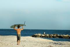 Persona que practica surf que busca el punto derecho Fotografía de archivo libre de regalías