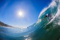 Persona que practica surf que cae abajo la onda grande Imagenes de archivo