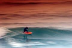 Persona que practica surf que coge la onda Imagen de archivo