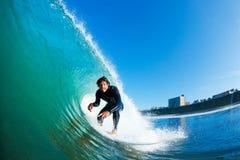 Persona que practica surf que compite con la onda asombrosa Foto de archivo libre de regalías