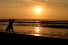 Persona que practica surf que corre en la playa Foto de archivo libre de regalías