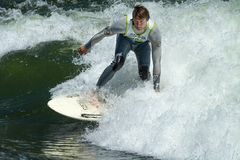 Persona que practica surf que corta una onda en los juegos del río del payette Foto de archivo libre de regalías