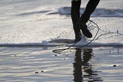 Persona que practica surf que dirige hacia fuera Imagenes de archivo