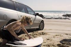 Persona que practica surf que encera para arriba Imagenes de archivo