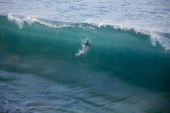 Persona que practica surf que entra la onda Imágenes de archivo libres de regalías