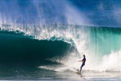 Persona que practica surf que evade la onda que se estrella peligrosa  Imagenes de archivo