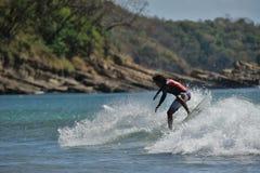 Persona que practica surf que hace 360 en Nicaragua Fotos de archivo