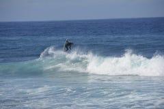 Persona que practica surf que hace truco foto de archivo