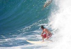Persona que practica surf que mira la onda grande Fotografía de archivo libre de regalías