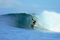 Persona que practica surf que monta la onda azul, Mentawai, Indonesia Fotos de archivo libres de regalías
