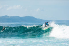 Persona que practica surf que monta las olas oceánicas Fotos de archivo libres de regalías