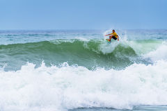 Persona que practica surf que monta una onda enorme durante la competencia de la liga de la resaca del mundo en Lacanau Francia Foto de archivo libre de regalías