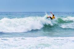 Persona que practica surf que monta una onda enorme durante la competencia de la liga de la resaca del mundo en Lacanau Francia Imágenes de archivo libres de regalías