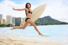 Persona que practica surf que practica surf feliz teniendo salto de la tabla hawaiana de la diversión Foto de archivo libre de regalías