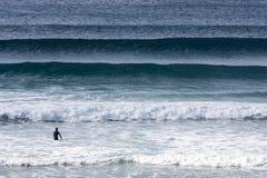 Persona que practica surf que sale Imágenes de archivo libres de regalías