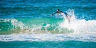Persona que practica surf que salta sobre onda en Gold Coast de Australia Foto de archivo