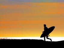 Persona que practica surf que se ejecuta hacia fuera al mar Imágenes de archivo libres de regalías