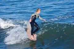 Persona que practica surf Reilly Stone Surfing de Longboard en Santa Cruz California Imagen de archivo
