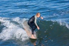 Persona que practica surf Reilly Stone Surfing de Longboard en Santa Cruz California Fotografía de archivo libre de regalías