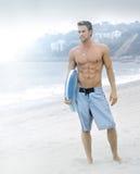 Persona que practica surf serena en la playa Imágenes de archivo libres de regalías