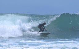 Persona que practica surf silueteada 2 Imagen de archivo