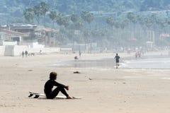 Persona que practica surf sola imagenes de archivo