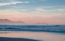 Persona que practica surf sola Imágenes de archivo libres de regalías