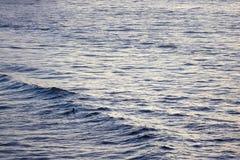 Persona que practica surf sola, Jimbaran, Kuta del sur, Bali, Indonesia Foto de archivo