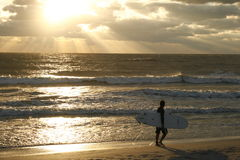 Persona que practica surf solitaria Foto de archivo libre de regalías