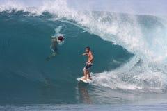 Persona que practica surf trasera Fotos de archivo