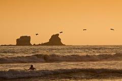 Persona que practica surf turística no identificada que goza del mar Imagenes de archivo