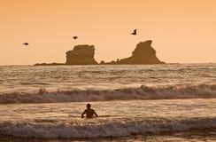 Persona que practica surf turística no identificada que goza del mar Foto de archivo