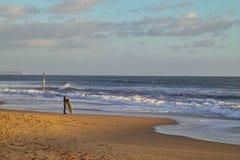 Persona que practica surf y el mar Imagen de archivo libre de regalías