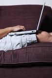 Persona que pulsa en la computadora portátil Foto de archivo
