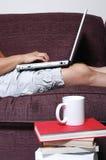 Persona que pulsa en la computadora portátil Fotografía de archivo libre de regalías
