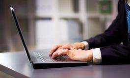 Persona que pulsa en una computadora portátil moderna Fotos de archivo