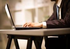 Persona que pulsa en una computadora portátil moderna Fotos de archivo libres de regalías