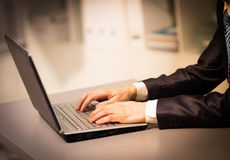 Persona que pulsa en una computadora portátil moderna Imagenes de archivo