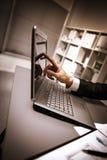 Persona que pulsa en una computadora portátil moderna Foto de archivo