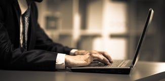 Persona que pulsa en una computadora portátil moderna Imágenes de archivo libres de regalías