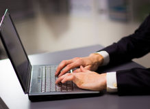 Persona que pulsa en una computadora portátil moderna Fotografía de archivo