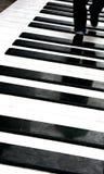 Persona que recorre en piano imagen de archivo